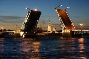 offene Palastbrücke (Dvortsovyy most) und durchfahrendes Frachtschiff, 11.07.2014, 00:47 Uhr