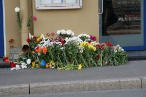 Blumen vor dem niederländischen Konsulat, Moika-Ufer, 18.07.2014