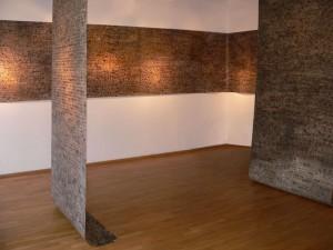 Letzte AUFZEICHNUNGEN, Detail der Rauminstallation mit den BRIEF´en in der Galerie F92, 2006, BRIEF VIII-Lang- und zwei BRIEF´e-Senkrechtbahnen