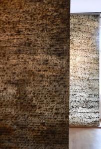 Letzte AUFZEICHNUNGEN, Detail der Rauminstallation mit den BRIEF´en in der Galerie F92, 2006, zwei BRIEF´e-Senkrechtbahnen