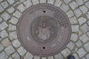 Wro010_Straßenschachtabdeckung, pl. Boh. Getta, Wroclaw, 23.10.2016