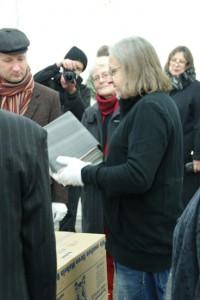 A. Kramer holt das Buch METROPOLIS aus dem Schuber, Berlin, Kunstfabrik hb55