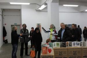 Gespräche bei der Präsentation, Berlin, Kunstfabrik hb55, Foto von Armgard Röhl