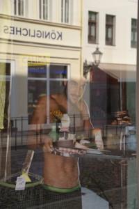 Schaufenster-Porträt und Spiegelung, Wittenberg, Markt, 03.10.2014, LWi-0010
