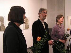 Elli Graetz, Eberhard Hartwig und Rahel Mucke mit Blumen,   Foto Galerie 100