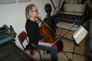 Bernhard Hariolf Suhm musiziert,   Foto: B. Lau