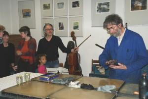 E. Hartwig beim Handauswischen der Druckplatte,   Foto: B. Lau