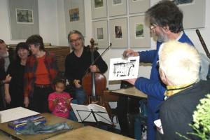 E. Hartwig zeigt Druckergebnis - die eben entstandene Kaltnadelradierung,   Foto: B. Lau