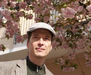 Gert Anklam und Zierkirschen-Baumblüte in der Raabestrasse, 01.05.2015, Foto: E. Hartwig