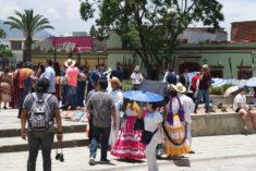 buntes Straßentreiben vor dem Templo de Santo Domingo de Guzman, Calle de Macedonio Alcala, Oaxaca, 29.07.2017