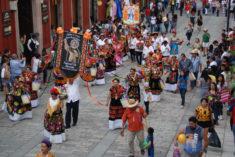 Festumzug der Frauen eines Dorfes vor der Tür der Galerie 910, Calle Macedonio Alcala 305, Oaxaca de Juarez, 29.07.2017