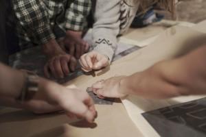 viele TeilnehmerInnen-Hände fühlen Kaltnadelgrat, 31.10.2015,   Foto: K. Snigirevskaya