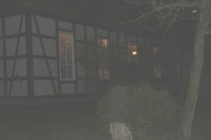 Wilhelmsaue, Kircheneingang abends und beleuchtet
