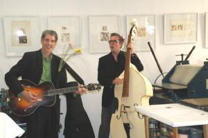 Heinz Fuchs, Gitarre, und Andy Sire, Doublebass, mit Blumen,   Foto: B. Lau