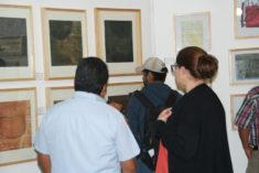Gäste bei Betrachtung, Ausstellungseröffnung, Galerie 910, Oaxaca-Stadt, 29.07.2017, Foto B. Lau
