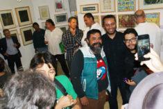 Gäste beim Facebook-Fotografieren, Ausstellungseröffnung, Galerie 910, Oaxaca-Stadt, 29.07.2017, Foto B. Lau