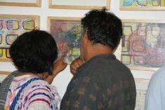 bei Bildbetrachtung, Ausstellungseröffnung, Galerie 910, Calle Macedonio Alcala 305, Oaxaca-Stadt, 29.07.2017, Foto B. Lau