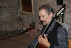 Uwe Kropinski spielt Gitarre, 23.09.2017, Foto B. Lau