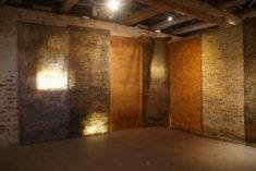 BRIEFe, 2006/07, Rohrfeder, Fett-Tusche, Pigmente auf Papier, je 3,25 x 1,33 m, Galerie Burg Klempenow, Burgsaal, Oktober 2017