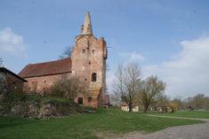 Burg Klempenow von Süden her in der Sonne