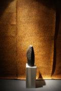 """Rauminstallation """"Archiv . Streng geheim!"""" . AUFZEICHNUNGEN, Ausschnitt, BRIEF XIV und Torso, Schriftzeichen-Stele, beide 2007"""