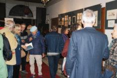 Yvette Röske und Besucher in der Galerie, Foto: B. Lau