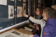 Ausstellungseröffnung, Besucher betrachten Arbeiten, Foto: B. Lau
