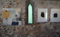 E. Hartwig, BERGSTADT, Öl auf Leinwand, sowie PIANO II und TABLE II, je Radierungen
